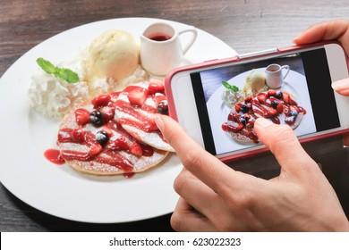 camera on phone take photo of pancake
