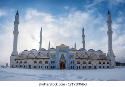 Camlica Mosque, is a mosque located in the city of Istanbul in Turkey. It is the largest mosque in the history of the Republic. Gorgeous view on a snowy Istanbul morning. Istanbul, Turkey.