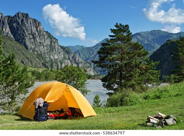 La tente de camping près de la montagne en été