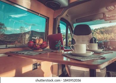 Camping Zeit Innen Komfortables Motorhome Interieur. Stilvolles, selbstgefertigtes Wohnzimmer mit Wohnzimmer. Van Conversion Theme.