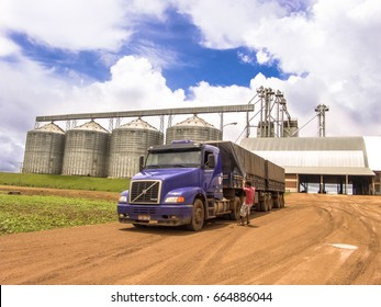 Campo Verde, MT, Brazil, 01/03/2008. Truck loaded with soybeans waits in front of the grain storage center of a farm in Mato Grosso State