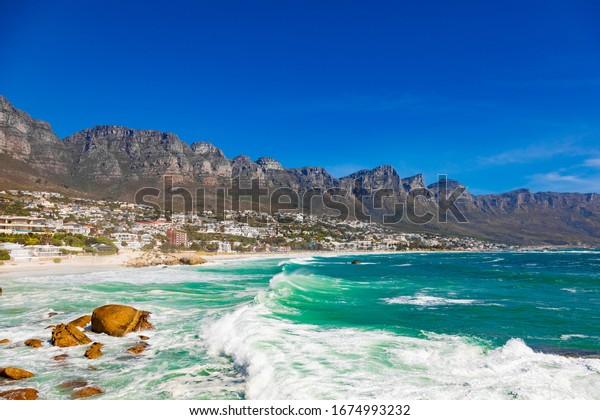 Camps Bay Beach et Table Mountain au Cap en Afrique du Sud