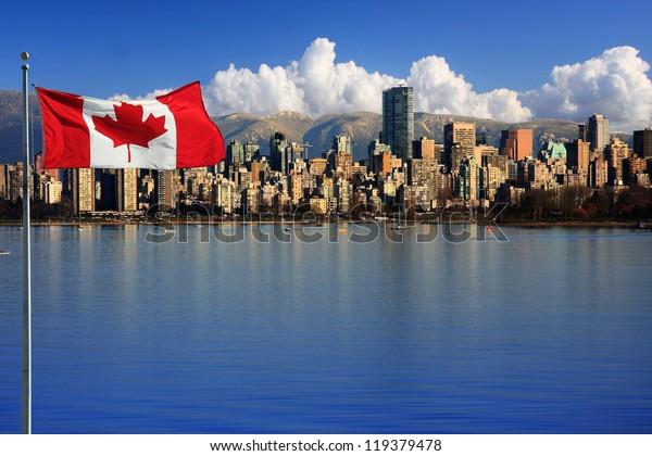 Bandera canadiense frente a la hermosa ciudad de Vancouver, Canadá.