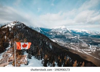 Kanadische Nationalflagge, die auf dem Gipfel des Schwefelberges in Banff, Kanada, wächst