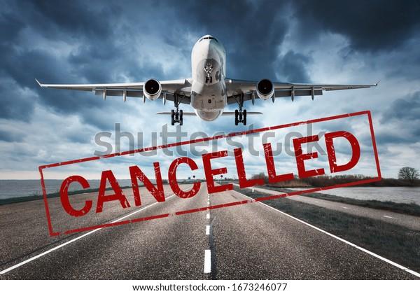 Stornierungen von Flügen in Europa und USA Flughäfen. Reisende, die wegen einer Pandemie des Coronavirus abgesagt wurden. Fluggastflugzeug und Start- und Landebahn. Flugannullierung. Luftfahrzeuge mit Text. Covid-19