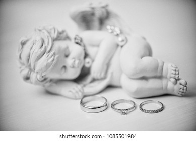 cand the rings of the newlyweds