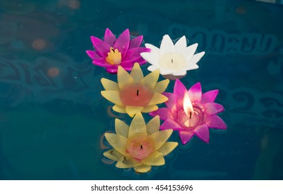 candle floated on the water is flower shape