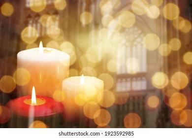 Kerzen, die Licht auf Kirchenhintergrund brennen