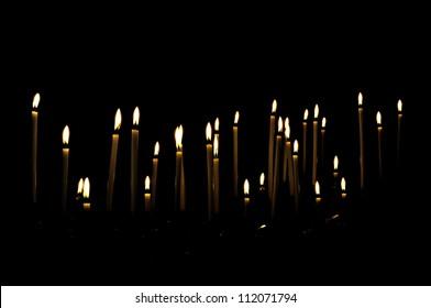 Kerzen in einem dunklen Raum, die den Eindruck erwecken, schweben zu müssen