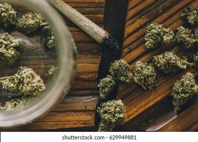Poêle de cannabis et joint sur table en bois