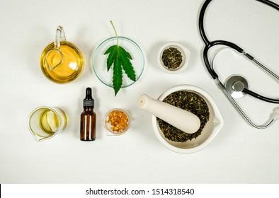 Cannabis-Blatt und cbd-thc-Öl-ärztliche Behandlung im Arztlabor. Naturmedizin für klinische Forschung. Draufsicht.