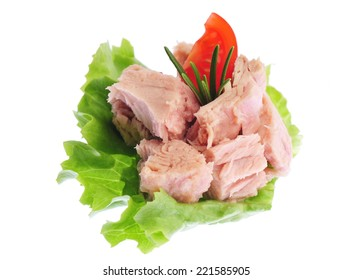 Canned tuna chunks with green salad and tomato