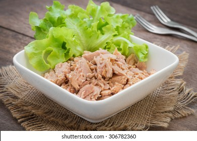 Canned tuna fish with vegetable in bowl