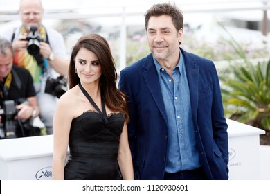CANNES, FRANCE - MAY 09: Penelope Cruz and Javier Bardem attend the photo-call of 'Everybody Knows' during the 71st Cannes Film Festival on May 9, 2018 in Cannes, France.