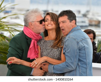 """CANNES, FRANCE. May 18, 2019: Pedro Almodovar, Penelope Cruz & Antonio Banderas at the photocall for the """"Pain and Glory"""" at the 72nd Festival de Cannes.Picture: Paul Smith / Featureflash"""