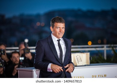 """CANNES, FRANCE - MAY 25, 2019: Antonio Banderas holds his trophy during a photocall on May 25, 2019 after he won the Best Actor Prize for """"Dolor Y Gloria (Pain and Glory)"""" -72 Cannes film festival"""