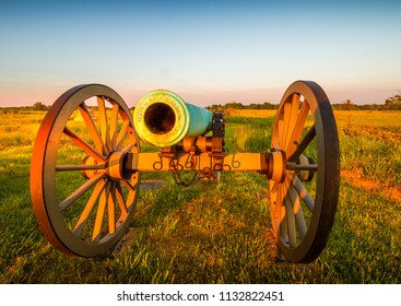 Cannons lined up along the battlefield at Gettysburg.