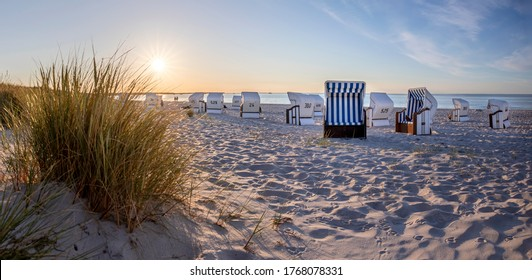Liegestühle am Strand in der Nähe von Prerow (Darß Halbinsel, Deutschland) bei Abendlicht