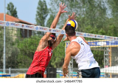 Caorle (VE), Italy, August 24 2019 Muro di Marco Vitelli su schiacciata di Davide Benzi during the Campionato Italiano Assoluto 2019 - Maschile e Femminile - Fasi Eliminatorie VOLLEY BEACH VOLLEY