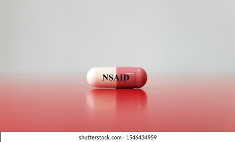 Kapsel NSAID auf weißem Hintergrund (nichtsteroidales Antiphlogistikum). Dieses Medikament zur Schmerzbekämpfung, Entzündungsminderung, Fieberbehandlung, Vorbeugung von Blutgerinnseln. Medizinischer Begriff