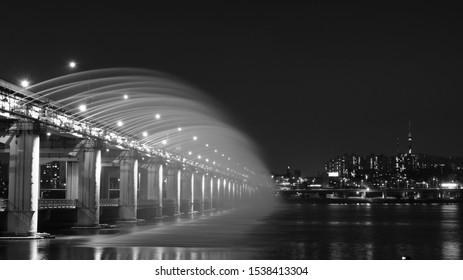 Capturing the Moonlight Rainbow Fountain show at Banpo bridge.
