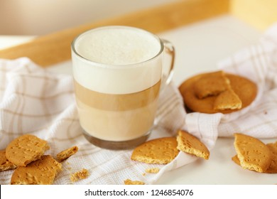 capuchino with biscuits