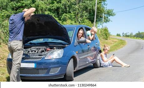 Das Auto bremst im Sommerurlaub mit der Familie ab.