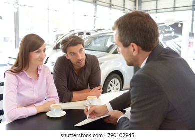 Car dealership advice - sellers and customers when buying a car - signing of the purchase contract