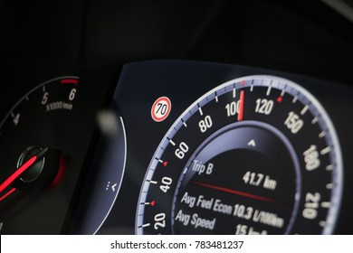 Car display with exceeded speed limit