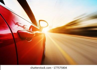 Ein Auto, das mit hohen Geschwindigkeiten auf der Autobahn fährt und andere Autos überholt