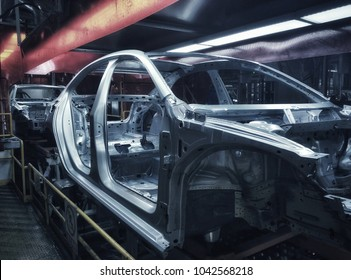 Car frame structure on automobile manufacturing and transportation line