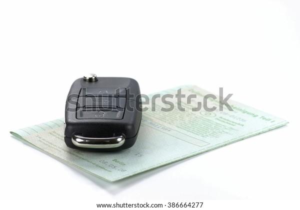 Autoschlüssel mit deutscher Zulassungsbescheinigung einzeln auf weißem Hintergrund
