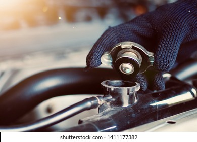 Car maintenance, car radiators help cool the engine Should see the appropriate water level, not to be dry or lacking.