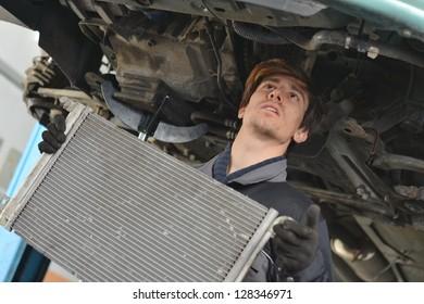 Car mechanic is Changing radiator