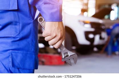 Automechaniker bereit für Reparatur im Auto-Service