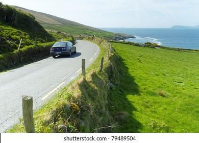 Voiture sur une route irlandaise à Beara