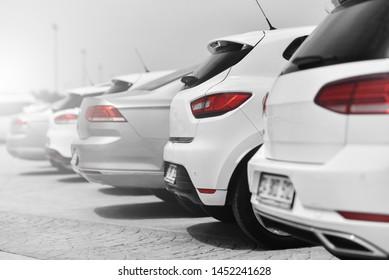 Autoparkplatz für Händlergeschäfte in schwarz-weißem Stil