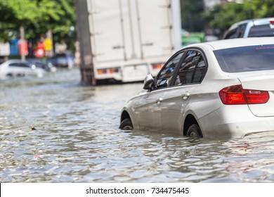 Parkplätze auf der Straße und Wasserüberschwemmungen in Bangkok, Thailand