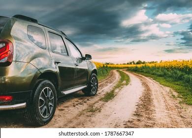 Auto Renault Duster oder Dacia Duster Suv im Sommer Raped Field Landschaft auf dem Hintergrund Drama Himmel