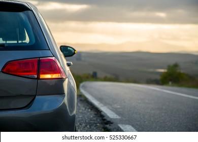 Aparcamiento de alquiler de Camiones en la carretera de asfalto, Toscana Italia.