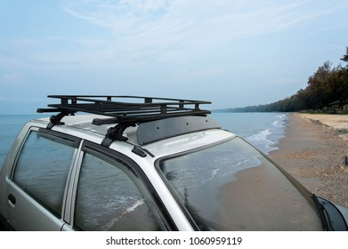 Car roof rack Traveling to the sea to rub the sea And nature