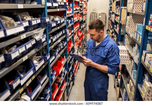 Konzept der Fahrzeugbedienung, -reparatur, -wartung und -betreuung - Maschinenbauer oder Schmied, der in der Werkstatt oder im Lager an die Zwischenablage schreibt