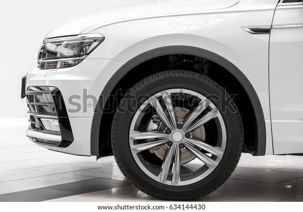 Das Auto einen seitlichen Blick auf ein Rad, der SUV von weißer Farbe.