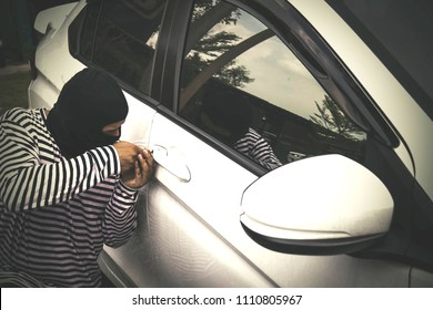 Car theft : Outlaws attacked stealing white cars using skeleton. key is a tamper tool.