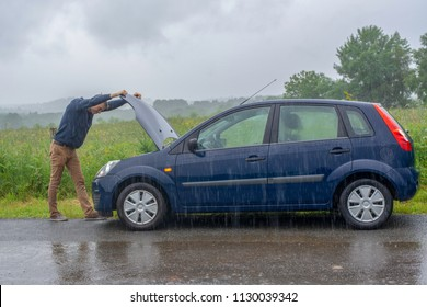 Autos fallen im Regen in Schwierigkeiten. Gebrülltes Auto.