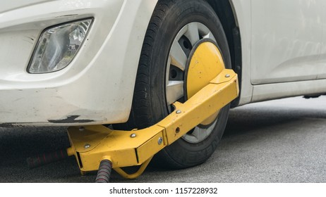 Car wheel blocked by wheel lock because illegal parking violation