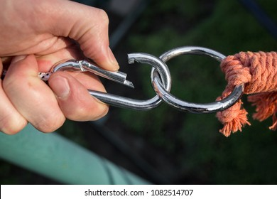 Carabiner for the rope and reinsurance of the climber