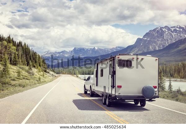 Wohnmobil- oder Wohnwagenanhänger auf einer Bergstraße in Kanada