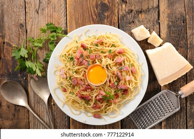 carbonara spaghetti on wood background