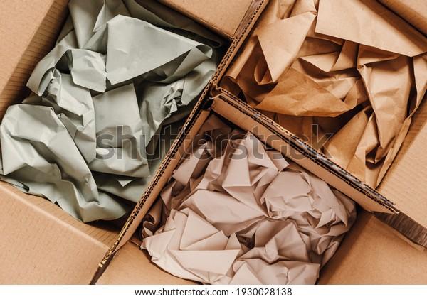 Kartonboxen mit zerkleinertem Papier für Verpackungsartikel aus Online-Geschäften, umweltfreundliche Verpackungen aus recycelbaren Rohstoffen